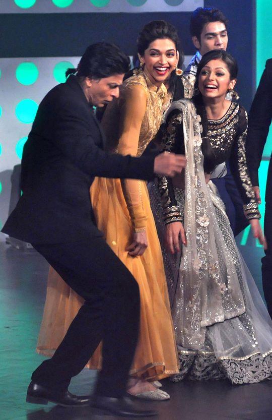 Shahrukh Khan, Deepika Padukone and Drashti Dhami on the sets of 'Madhubala: Ek Ishq Ek Junoon' #Bollywood #Fashion