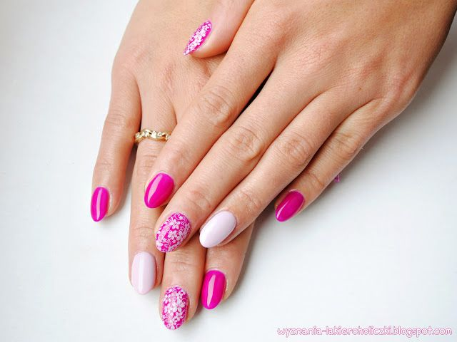 Accent nail and stamping with the same color - interesting idea