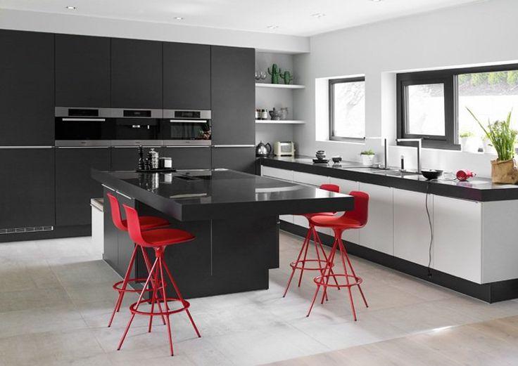 cuisine rouge et grise -placards-îlot-gris-anthracite-chaises-bar-rouge-vif