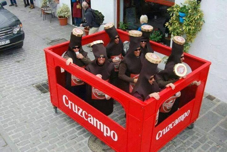 No es el disfraz más bonito del mundo, pero no se puede negar que es llamativo. Un grupo de siete amigos se convirtió en una caja de cerveza...