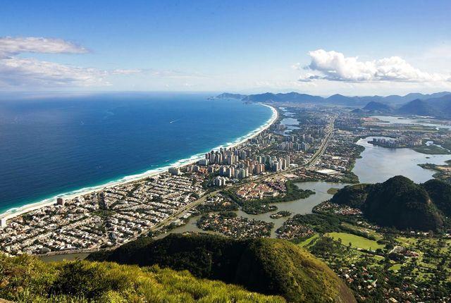 A Tijuca Nemzeti Park hatalmas, főként hegyvidéki tájakat ölel fel, s a világ egyik legnagyobb városi erdejét foglalja magában. A turisták felsétálhatnak Rio legmagasabb csúcsára, a Pico da Tijucára, hogy ott a Guanabara-öbölre és a városra nyíló csodálatos kilátásban gyönyörködhessenek Rio de Janeiro