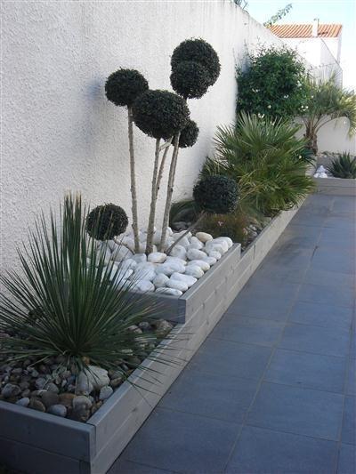 Stützmauer an der Seite des Hauses – pflanzt Gartenideen