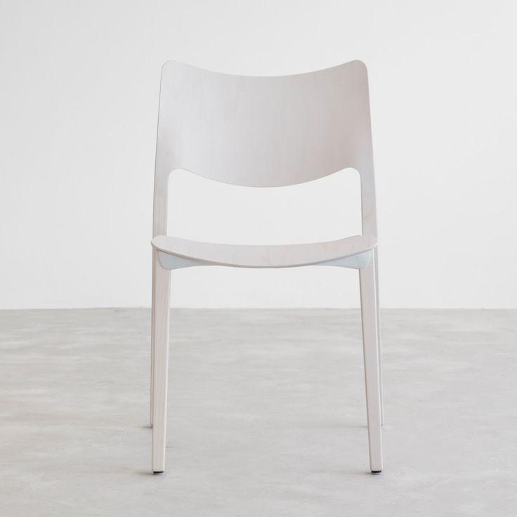 Prostá jednoduchost spojená s prvotřídním provedením židle Laclasica je skvělým řešením nejen pro interiéry, kterým dominuje čistý a moderní styl. Za návrhem stojí španělská značka Stua, která je synonymem inovativních řešení i minimalistického designu. V jejich tvorbě se snoubí funkčnost, důraz na ergonomické provedení a inspirace přírodou.