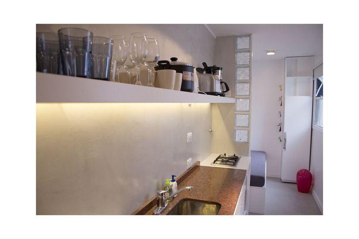 Reciclado completo del departamento 65 m2. Se realizaron trabajos de albañilería, baño completo con desagues instalaciones sanitarias, cemento alisado en cocina, baños, lavadero y piso de balcón. Cerramiento de baño, dentro de habitación, en vidrio de seguridad 4+4, pintura completa. Año 2011
