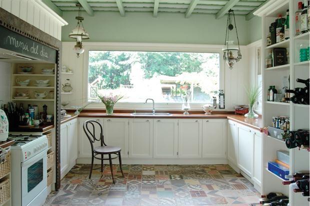 La planta de la cocina es toda sencillez. Lo que la hace inolvidable es el trabajo del piso, una cuidadosa combinación de mosaicos calcáreos...