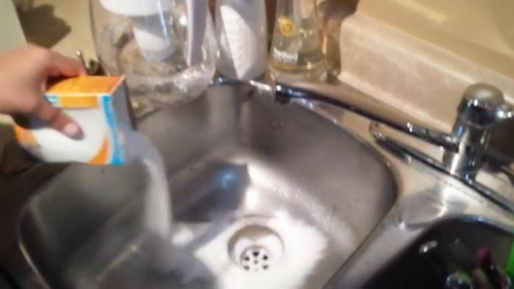 Nem szeretsz fürsőt tisztítani? Mostantól gyerekjáték lesz! Ha penészes, sötét a csempe között a fúga, keverj szódabikarbónát fehérítőporral, és kevés vízzel, majd kend be a réseket, ragyogó fehér lesz újra. A fogkefédet és a műanyagpoharat is kimoshatod…