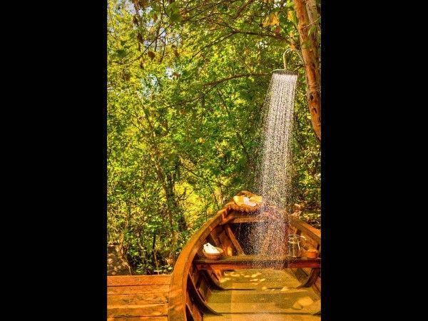 (228) Pumulani Lodge, Lake Malawi, Malawi  No, no estás alucinando, la ducha de la suite de Luna de Miel de este hotel en Malawi se encuentra por encima de un dhow de madera. La pieza forma parte de la terraza y el agua se distribuye a partir de un tubo alrededor de un árbol de caoba.