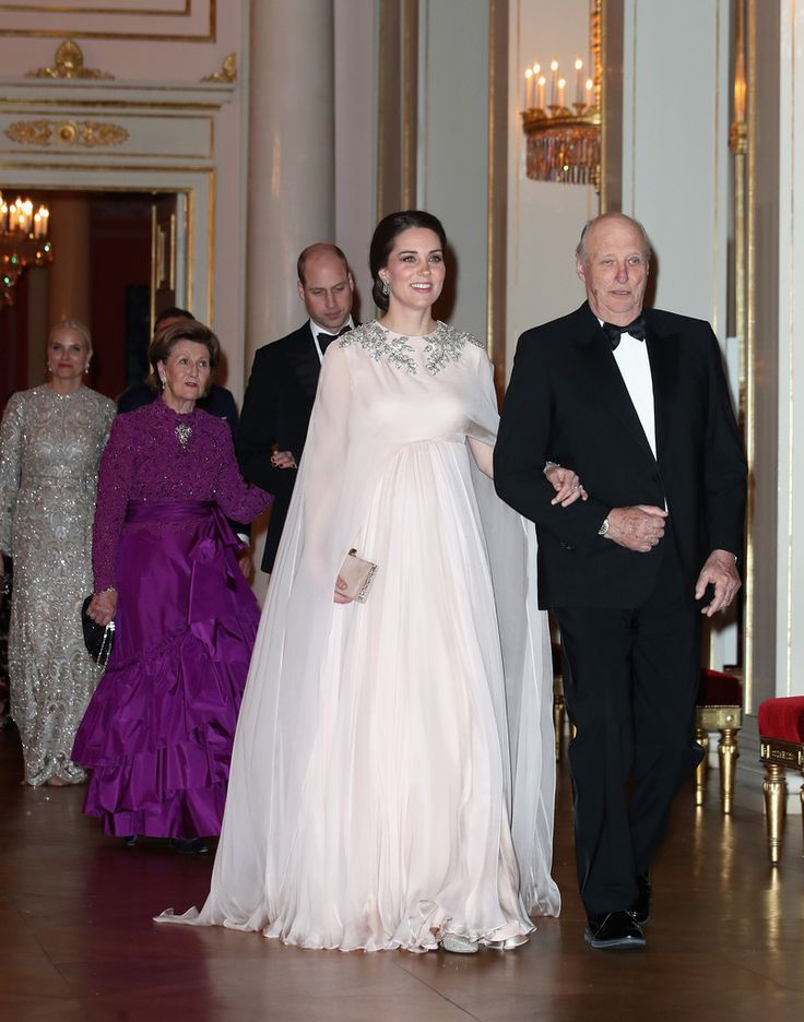 Kate Middleton Prince William Photos - Catherine, Duchess of Cambridge (C) is escorted into dinner by King Harald V of Norway followed by Prince William, Duke of Cambridge ecorted by Queen Sonja of Norway at the Royal Palace on day 3 of their visit to Sweden and Norway on February 1, 2018 in Oslo, Norway. - The Duke and Duchess of Cambridge Visit Sweden and Norway - Day 3