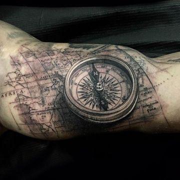tatuajes de relojes y brujulas en el brazo