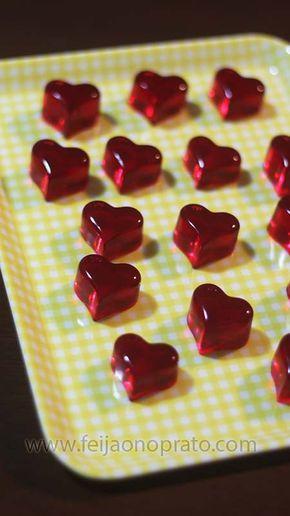 Balas de gelatina -30 g de gelatina do sabor desejado, 12 g de gelatina sem sabor, 150ml de água filtrada. Coloque a gelatina em um recipiente que possa ir ao microondas, mistura com a água e aguarde um minutinho, ela vai hidratar e pegar consistência pastosa, nesse momento leve ao microondas por 20 a 30 segundos, mecha bem até que toda a gelatina esteja bem dissolvida, coloque nas forminhas para chocolate de silicone, e leve a geladeira por 20mts, depois desse tempo só desenformar