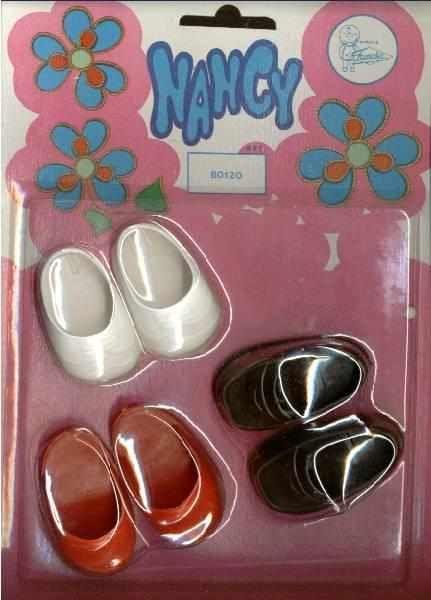 Blister de zapatos de la muñeca Nancy, compuesto por unos zapatos, unos zuecos y unos tenis.