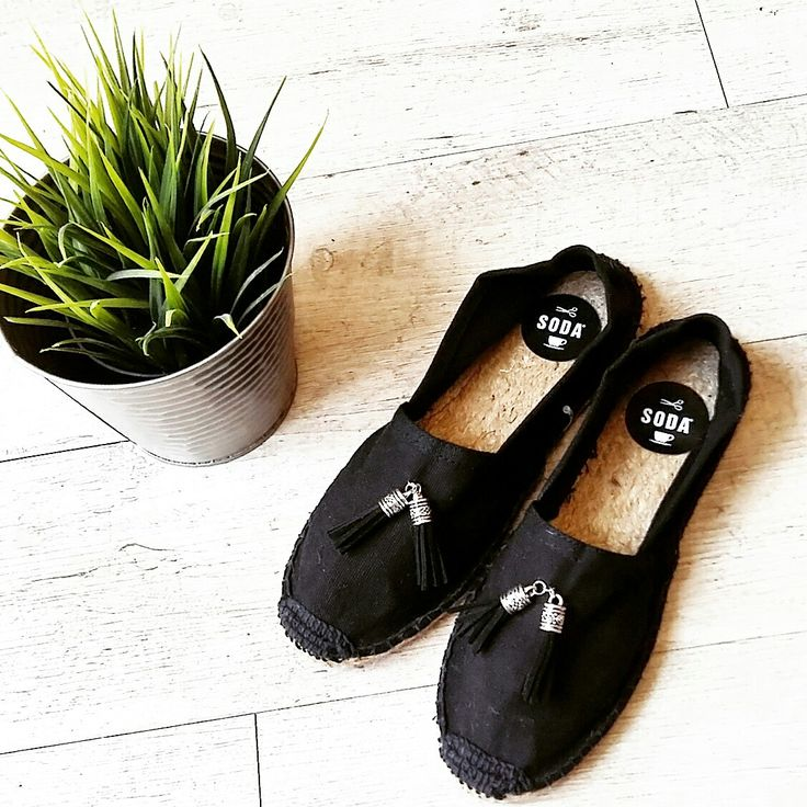 "#espadrilles | ""vento d'estate noi andiamo al mare voi che fate"" ancora nuovi arrivi... le espadrillas con nipples in zama e pelle rifatte a mano in Italia @soda_accessori_riccione  Models #SES00_ A  #espadrilles 