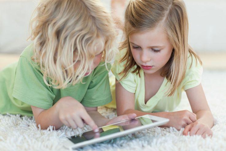 Kinderen samen aan het spelen op de tablet