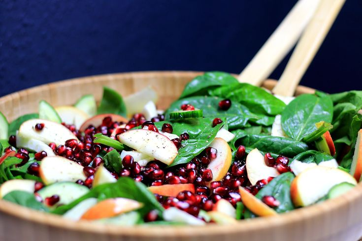Spinat ist gesund, lecker und eignet sich toll für frische Salate. Dieser Spinatsalat bekommt sein gewisses Etwas durch Fenchel, Apfel und Granatapfel.