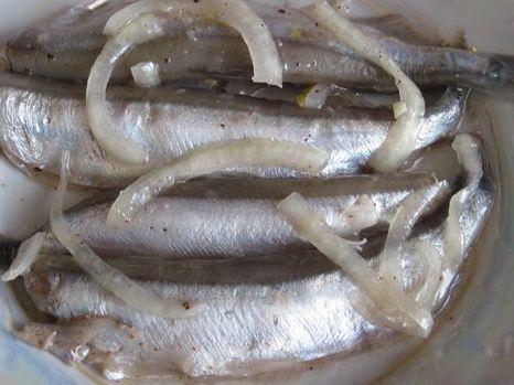 Хотите вкусненьких анчоусов? Анчоусыочень легко приготовить в домашних условиях и даже очень выгодно, потому что мойва у нас не такая уж и дорогая рыбка. Знакомьтесь с рецептом . Потребуется 1 кг мо…