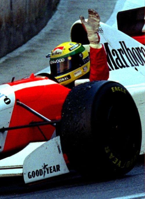 Ayrton Senna  Mclaren  F1 ...quantos domingos assistimos a esta cena na TV.. era bom demais