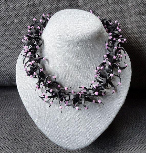 Kort halssieraad van rubber en roze kralen.    Deze ketting is zeer speciaal, eigen ontwerp en handgemaakt.    Het rubber is gerecycled van
