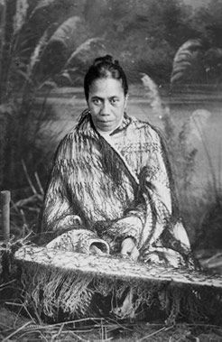 Cloak Weaver Makurata Paitini (1912–26). Photograph by James McDonald (1865–1935). Te Papa Museum, Wellington, New Zealand
