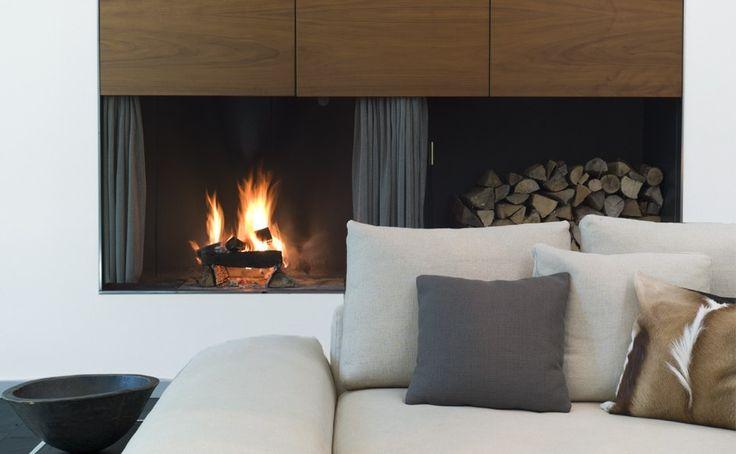 Ein Wohnraum mit Feuerstelle als kommunikativer Treffpunkt für Familie und Freunde
