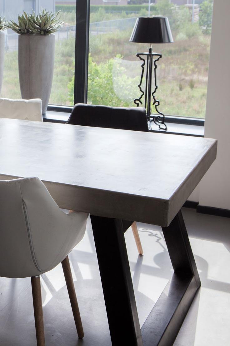 Unieke Betonlook tafel met poten van rvs. www.molitli.nl