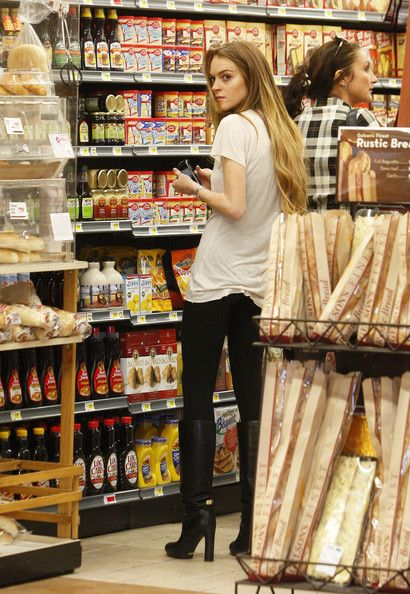 Lindsay Lohan stopping off at Gelsons Market in Hollywood to pick up some groceries  March 13, 2009.