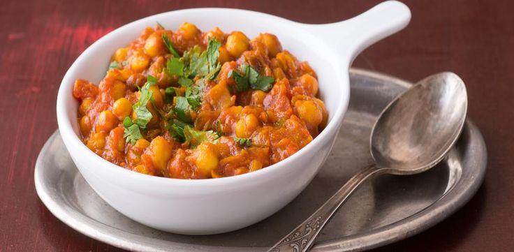 V pánvi opražte na oleji hořčičná semínka, přidejte nasekanou cibuli a nechte ji změknout. Přilijte rajčata, po 5 minutách přidejte chilli papričku,...