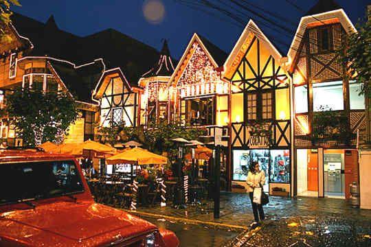 A cidade está mais precisamente localizada na Serra da Mantiqueira e possui cerca de 48 mil habitantes. É considerado o município brasileiro mais alto à 1.628 metros. - See more at: http://www.ideiasedicas.com/viagem-de-inverno-campos-jordao-sp/campos-do-jordao-pontos-turisticos/#sthash.0gEBkvC4.dpuf