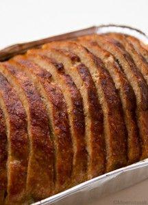 """Recept gehaktbrood Lekker met wortelpuree, puree, appelmoes… Ingrediënten 600 g gehakt 40 g paneermeel 2 eieren 1 koffielepel paprikapoeder chilipoeder sojasaus of ketjap Bereiding Meng al de ingrediënten behalve de sojasaus goed door mekaar. Vorm er een """"broodje"""" van. Strijk met een klein beetje water en je handen de bovenkant mooi glad. Zet het in …"""