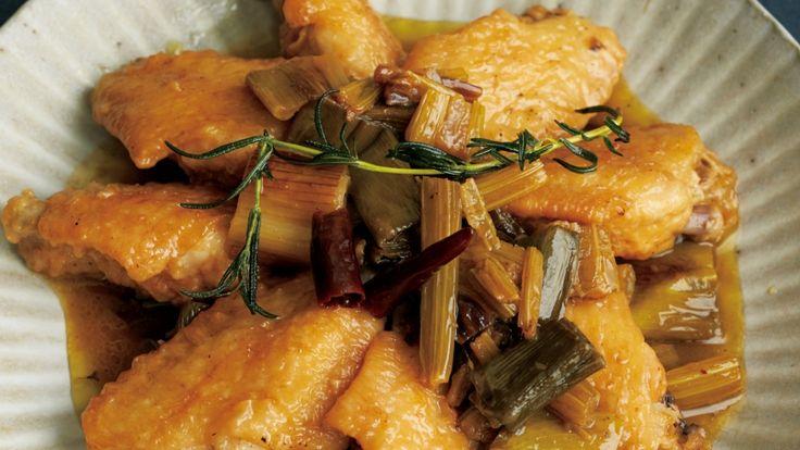 落合 務さんの鶏手羽先を使った「鶏手羽とねぎのカチャトーラ」のレシピページです。カチャトーラとは、「猟師風」という意味。ねぎの青い部分やセロリの細い部分をきれいに使いきる、酸味のきいた煮込み料理です。 材料: 鶏手羽先、セロリ、ねぎ、ローズマリー、赤とうがらし、塩、小麦粉、オリーブ油、酢、黒こしょう