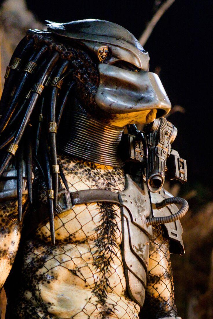 """""""El cazador trofeo de los hombres"""" means the demon who makes trophies of men."""