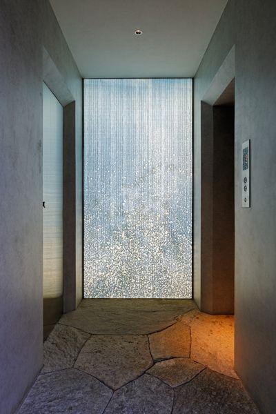 和紙のスクリーンを透明ガラスで挟み込み、奥に照明を設置した。