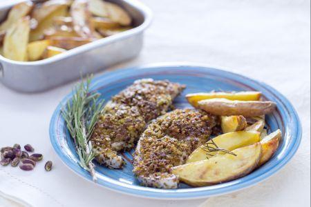 Ricetta Spada in crosta di pistacchi con spicchi di patate - Le Ricette di GialloZafferano.it