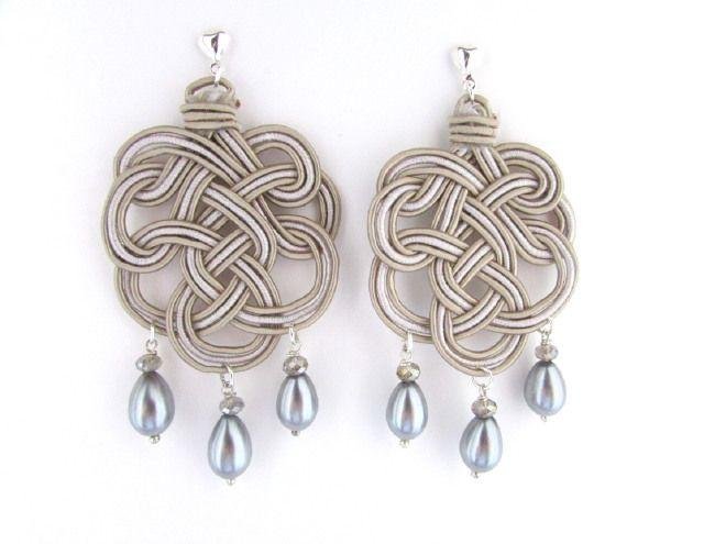 Orecchini pendenti chandelier intrecci tessuto seta macramè beige perle grigie