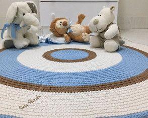 lindo tapete nas cores azul  bebê , caramelo e creme, um charme para o quartinho do bebê. #tapetedecroche #tapetequartodebebe #tapeteazulbebê #tapeteredondo #tapeteinfantil