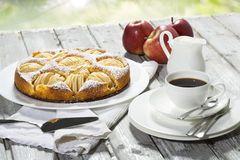 Torta di mele, tazza di caffè e piatto, mele su legno Fotografia Stock Libera da Diritti