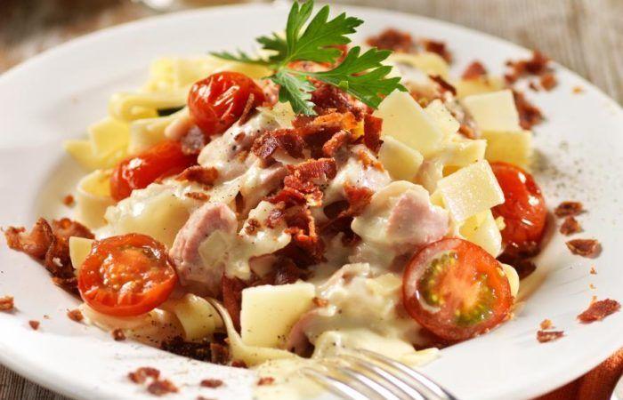 Knaperstekt bacon i en krämig ostsås som serveras med massor av nykokt pasta — kan det bli godare?