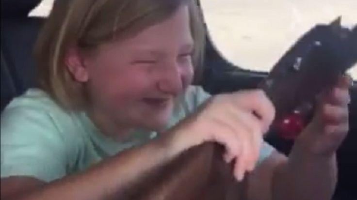 Alors que la question de la légalité du port d'armes à feu revient régulièrement sur la table aux Etats-Unis, la vidéo d'une jeune fille déballant un cadeau un peu spécial, relayée sur Facebook par une marque d'armes à feu, a fait un tollé.