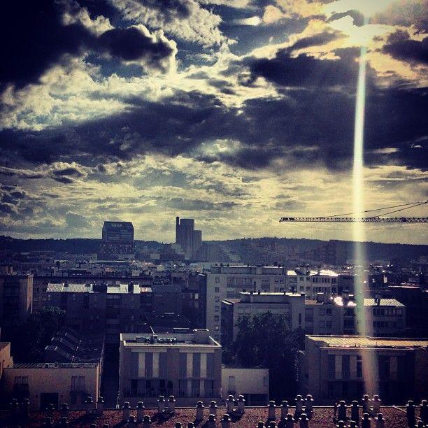 Rayon de lumière. Bonne nuit Boulogne-Billancourt ! ciel nuages par @_fchartier_
