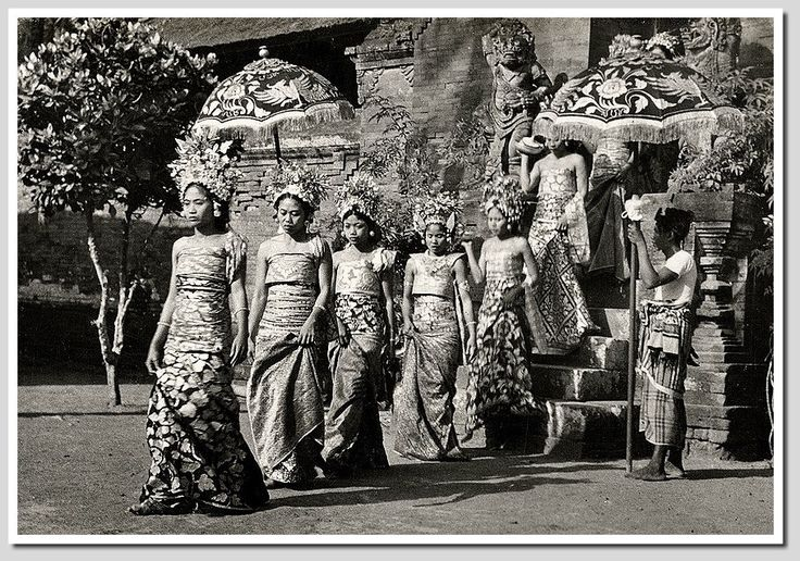 BALINESE DANCERS COSTUMES.......1930....PHOTOGRAPHER UNKNOWN......PARTAGE OF OLD BALI PHOTOS.....ON FACEBOOK.......