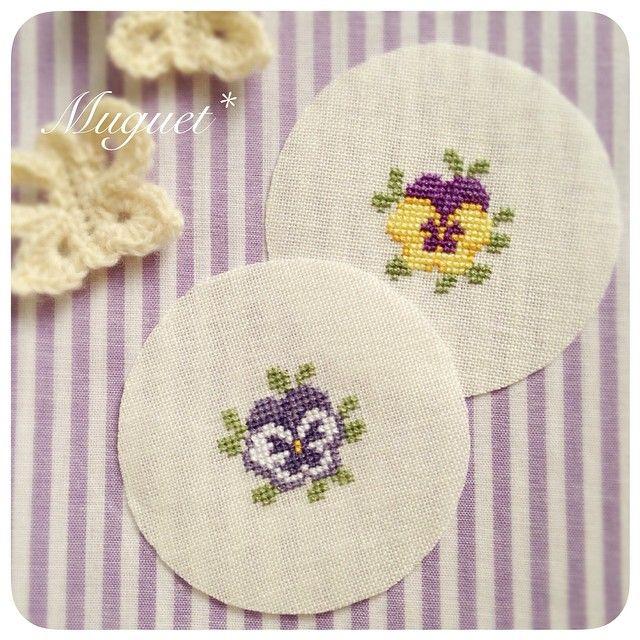 . お気に入りのパンジーの図案。 お花を刺すのはやっぱり楽しい♡ #刺繍 #クロスステッチ #パンジー #花 #手芸 #ハンドメイド #embroidery #crossstitch #handmade #pansy