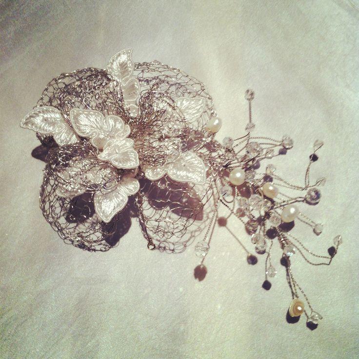 flor tejida en alambre con aplicaciones de  encaje,cristales y perlas de  rio