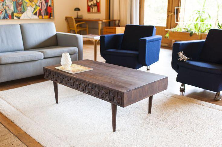 Combinando legno scuro, piedi sottili e i tre cassetti con forme geometriche, il tavolo da caffè  Balkis presenta uno stile vintage.