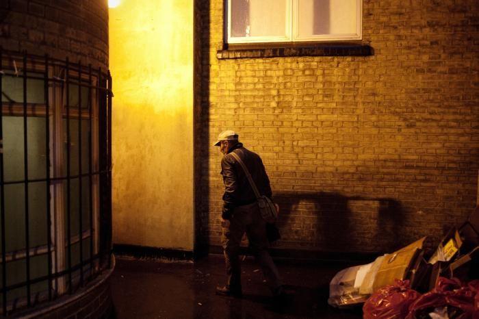 Hjemløse som her i London har ikke brug for hverken moraliseren eller kontrol. De har brug for penge, mener forfatter Rutger Bregman.