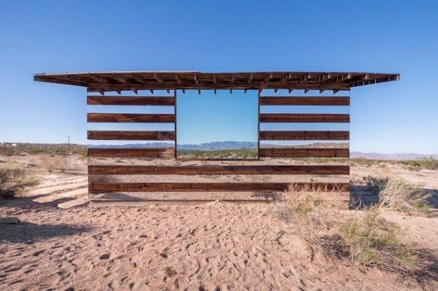 Lucid Stead: una vecchia baracca trasformata in opera d'arte di luce e riflessi