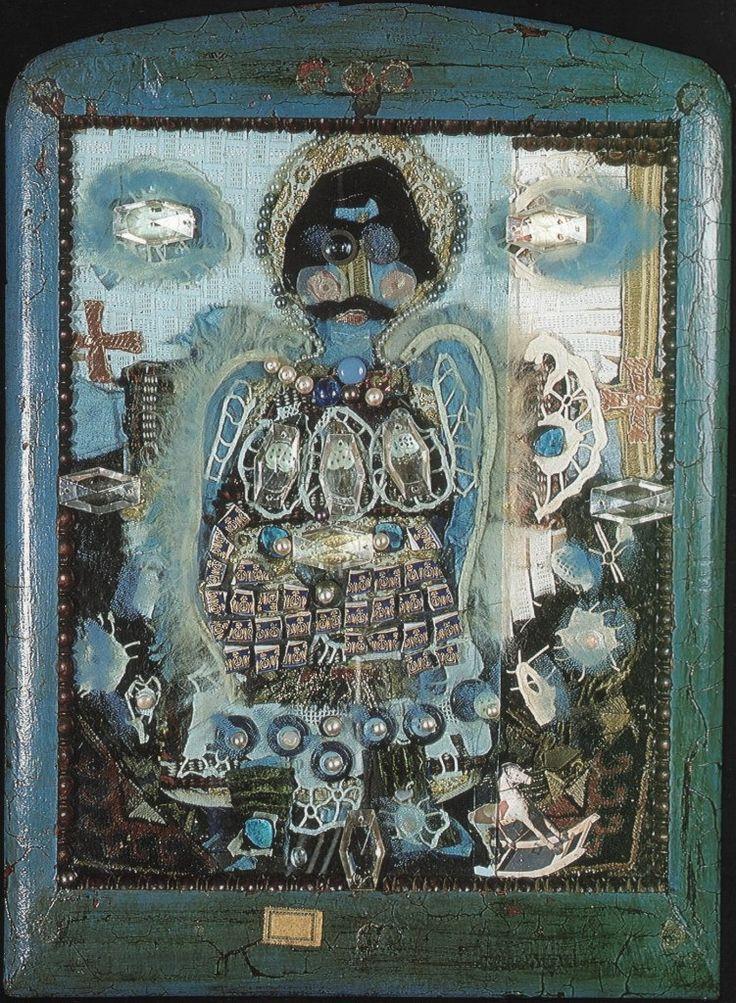 Святой Георгий в голубом. 1984. Объёмный коллаж. Дерево, стекло, фарфор, хрусталь, металл, парча, кружево, каракуль,