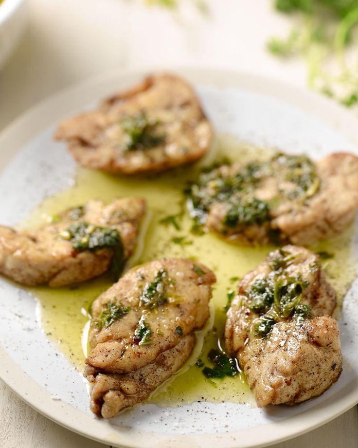 Kalfszwezeriken zijn een echte delicatesse voor fijnproevers. Wij bakken ze lekker krokant, geserveerd met een fris sausje van tuinkruiden.