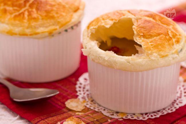 La vellutata di lenticchie in crosta è un antipasto gustoso e raffinato, con briciole di cotechino croccante e dorata pasta sfoglia.