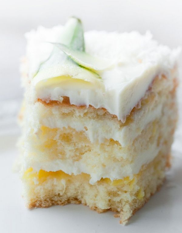 WOW! Amazing cake, if you do not have fresh pineapple and liquor coconut, you can easily replace them with pineapples canned and coconut syrup, of course, the fresh fruit cake will be tastier.