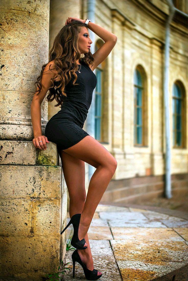 long-legs-short-skirt-porn-babe-pics-midget-cage-fighting