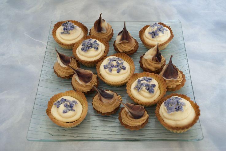 Desserts - tartaletky s čokoládou a krémem ze slaného karamelu, košíčky s náplní z černého rybízu s citronovým krémem zdobené kandovanými fialkami.